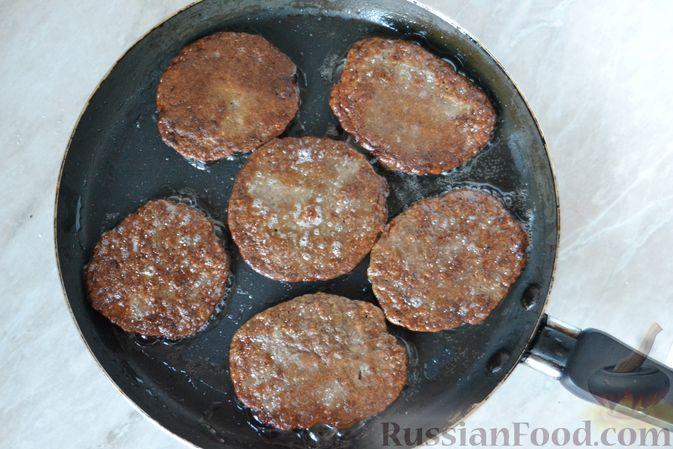Фото приготовления рецепта: Закусочные хлебные шарики с колбасой и сыром (в духовке) - шаг №7