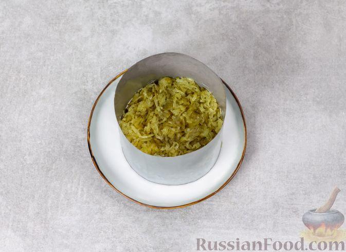 Фото приготовления рецепта: Слоёный салат с печенью, яблоком и виноградом - шаг №6