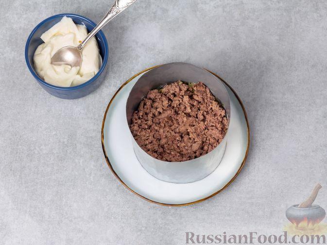 Фото приготовления рецепта: Слоёный салат с печенью, яблоком и виноградом - шаг №7