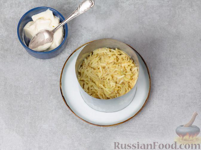 Фото приготовления рецепта: Слоёный салат с печенью, яблоком и виноградом - шаг №8