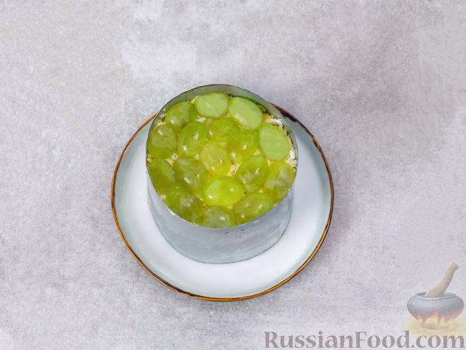Фото приготовления рецепта: Слоёный салат с печенью, яблоком и виноградом - шаг №11