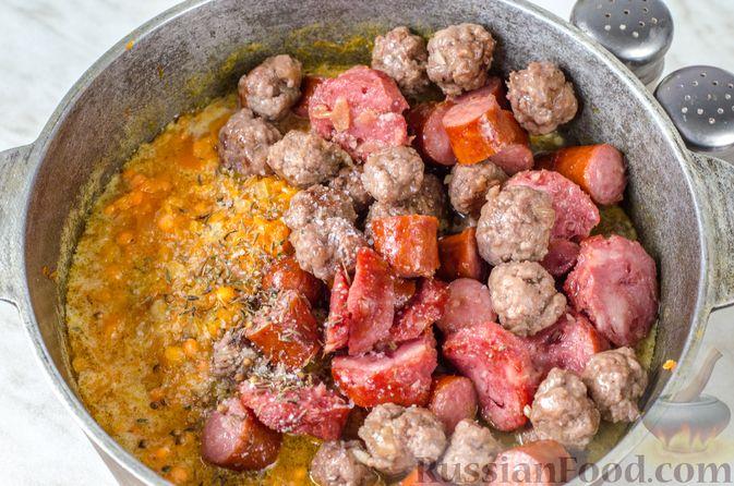 Фото приготовления рецепта: Тыквенная похлебка с чечевицей, фрикадельками и копчёными колбасками - шаг №13