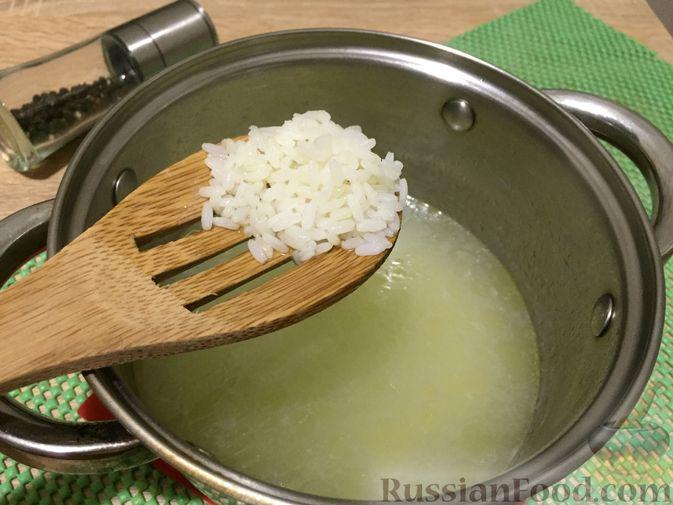Фото приготовления рецепта: Английский куриный суп с рисом и сыром - шаг №5