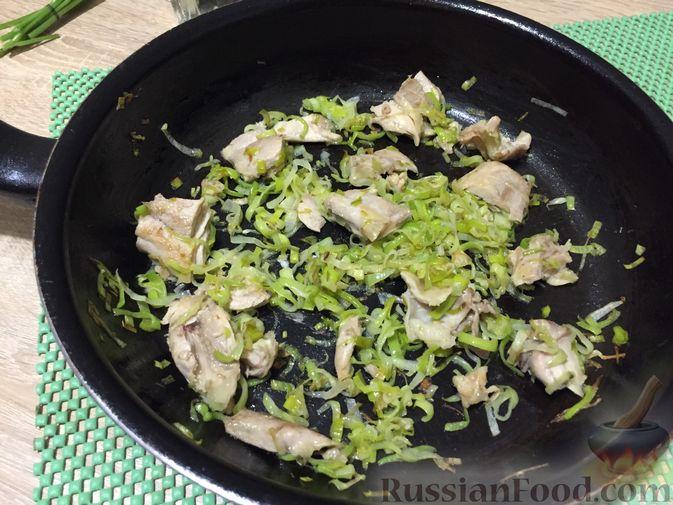 Фото приготовления рецепта: Английский куриный суп с рисом и сыром - шаг №7