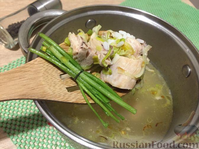 Фото приготовления рецепта: Английский куриный суп с рисом и сыром - шаг №8