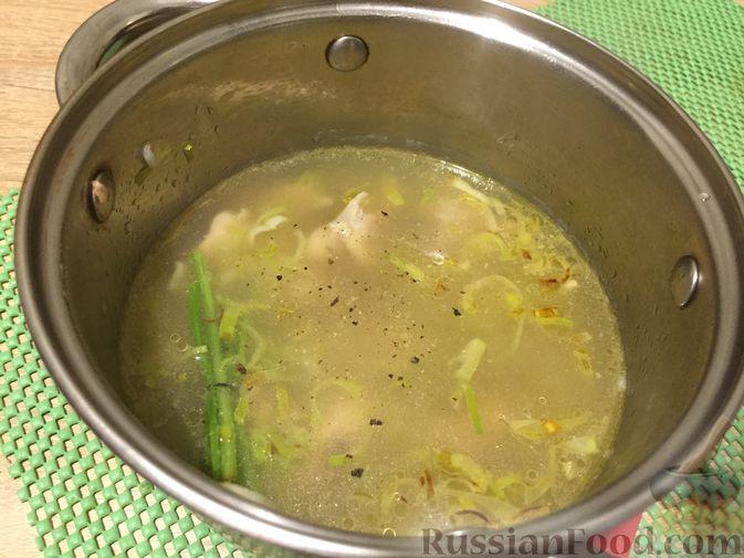 Фото приготовления рецепта: Английский куриный суп с рисом и сыром - шаг №9