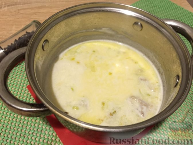 Фото приготовления рецепта: Английский куриный суп с рисом и сыром - шаг №12