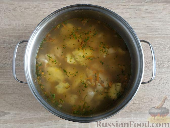 Фото приготовления рецепта: Слоёный салат с копчёной курицей, маринованными шампиньонами и огурцами - шаг №9