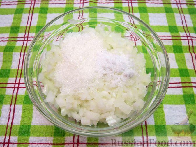 """Фото приготовления рецепта: Новогодний салат """"Крыска"""" с печенью, сладким перцем и сыром - шаг №2"""