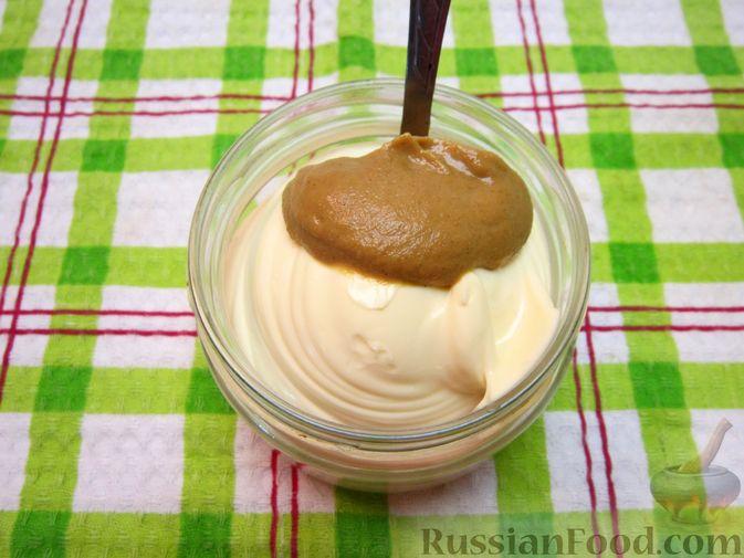 """Фото приготовления рецепта: Новогодний салат """"Крыска"""" с печенью, сладким перцем и сыром - шаг №14"""