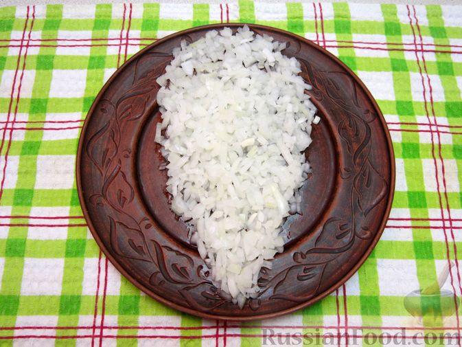 """Фото приготовления рецепта: Новогодний салат """"Крыска"""" с печенью, сладким перцем и сыром - шаг №17"""