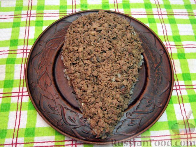"""Фото приготовления рецепта: Новогодний салат """"Крыска"""" с печенью, сладким перцем и сыром - шаг №19"""