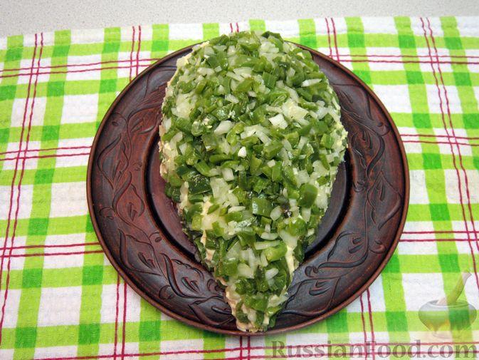 """Фото приготовления рецепта: Новогодний салат """"Крыска"""" с печенью, сладким перцем и сыром - шаг №21"""