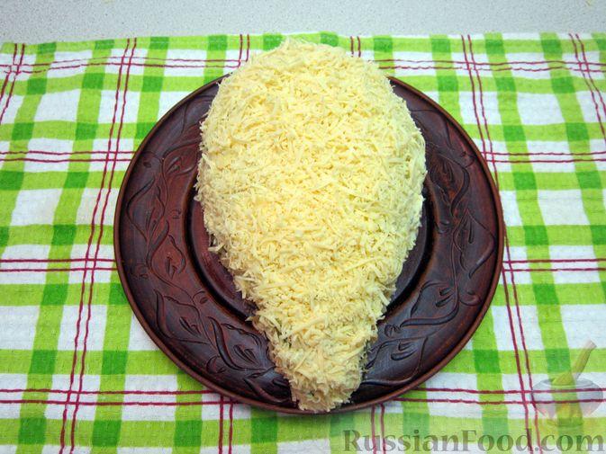 """Фото приготовления рецепта: Новогодний салат """"Крыска"""" с печенью, сладким перцем и сыром - шаг №22"""