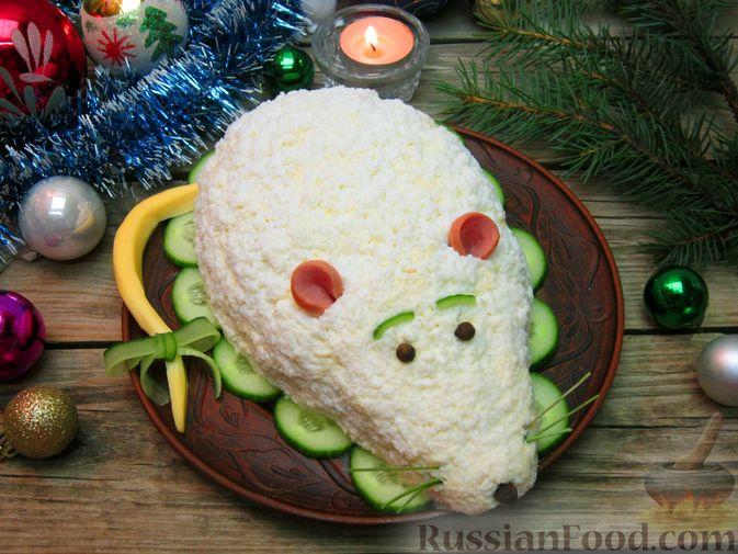 """Фото приготовления рецепта: Новогодний салат """"Крыска"""" с печенью, сладким перцем и сыром - шаг №25"""