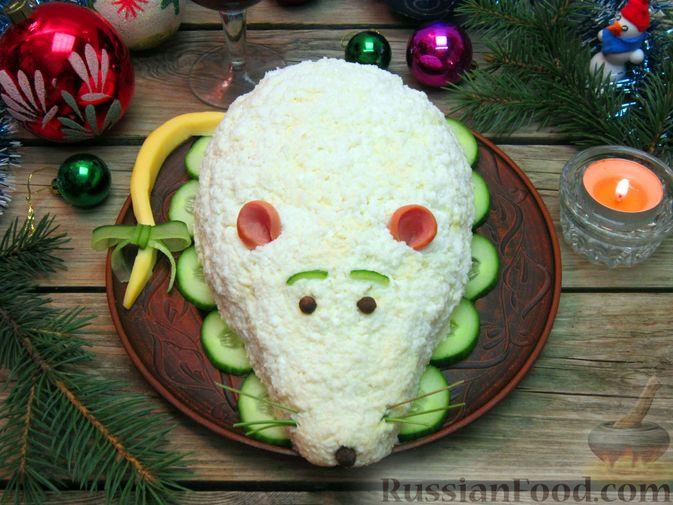 """Фото приготовления рецепта: Новогодний салат """"Крыска"""" с печенью, сладким перцем и сыром - шаг №26"""