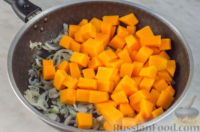 Фото приготовления рецепта: Жаркое из говядины и тыквы с клюквой - шаг №5
