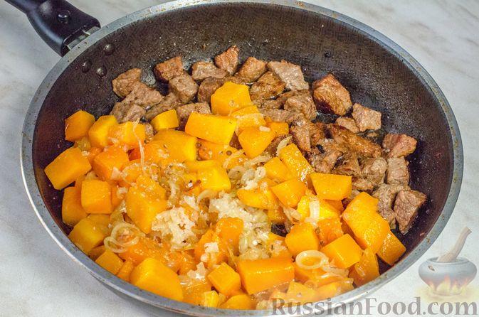 Фото приготовления рецепта: Жаркое из говядины и тыквы с клюквой - шаг №10