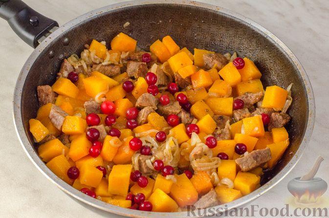Фото приготовления рецепта: Жаркое из говядины и тыквы с клюквой - шаг №11