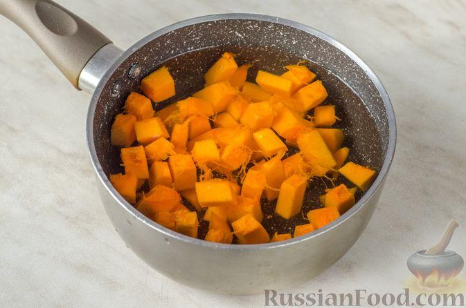 Фото приготовления рецепта: Сырники с тыквой, орехами и изюмом - шаг №3