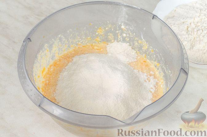 Фото приготовления рецепта: Сырники с тыквой, орехами и изюмом - шаг №6