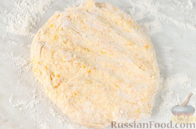 Фото приготовления рецепта: Сырники с тыквой, орехами и изюмом - шаг №7
