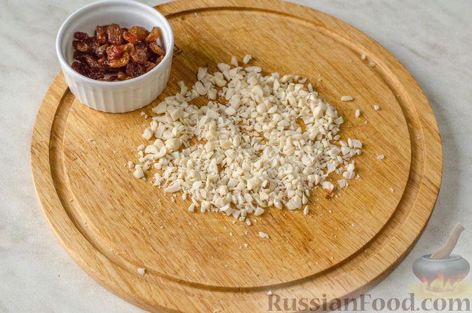 Фото приготовления рецепта: Сырники с тыквой, орехами и изюмом - шаг №8