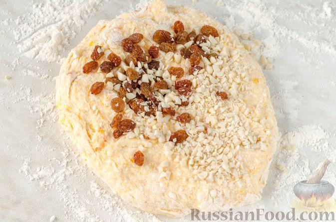 Фото приготовления рецепта: Сырники с тыквой, орехами и изюмом - шаг №9