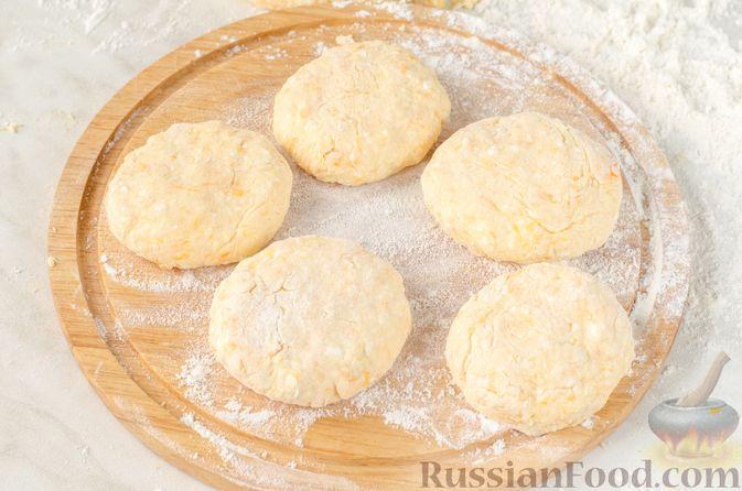 Фото приготовления рецепта: Сырники с тыквой, орехами и изюмом - шаг №10