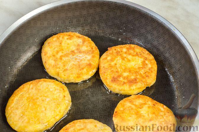 Фото приготовления рецепта: Сырники с тыквой, орехами и изюмом - шаг №11