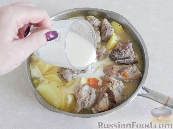 Фото приготовления рецепта: Киш с капустой и черносливом, в яично-сметанной заливке с сыром - шаг №6