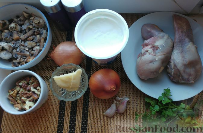 Фото приготовления рецепта: Омлетные рулетики с плавленым сыром и зеленью - шаг №2