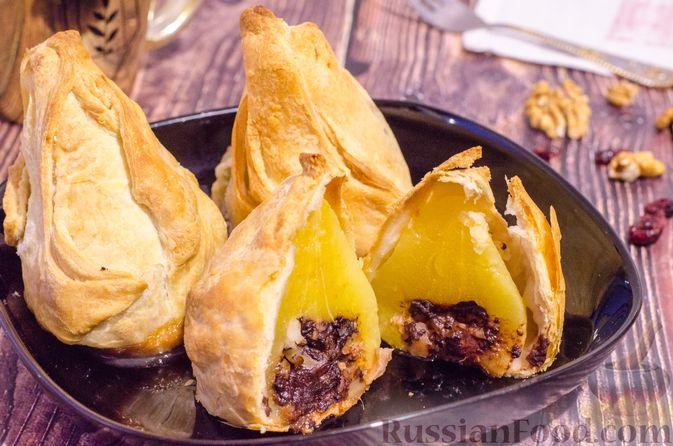 Фото к рецепту: Груши с орехами, шоколадом и клюквой, запечённые в слоёном тесте
