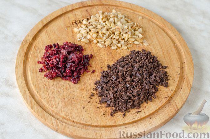 Фото приготовления рецепта: Груши с орехами, шоколадом и клюквой, запечённые в слоёном тесте - шаг №2