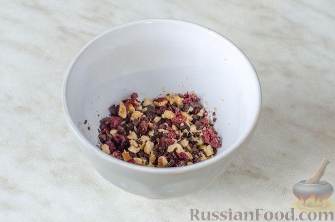 Фото приготовления рецепта: Груши с орехами, шоколадом и клюквой, запечённые в слоёном тесте - шаг №3