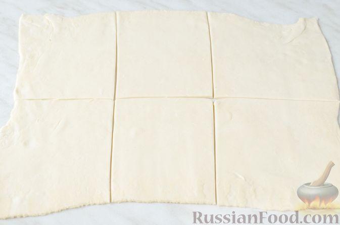 Фото приготовления рецепта: Груши с орехами, шоколадом и клюквой, запечённые в слоёном тесте - шаг №6