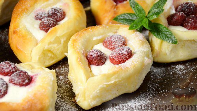 Фото к рецепту: Открытые сдобные пирожки с творогом и ягодами