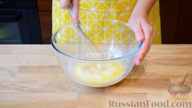 Фото приготовления рецепта: Открытые сдобные пирожки с творогом и ягодами - шаг №3