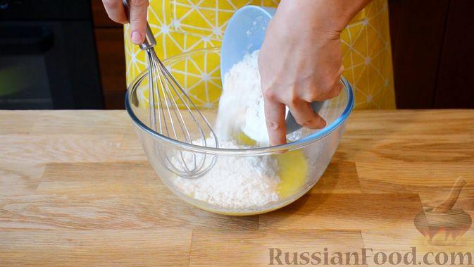Фото приготовления рецепта: Открытые сдобные пирожки с творогом и ягодами - шаг №4