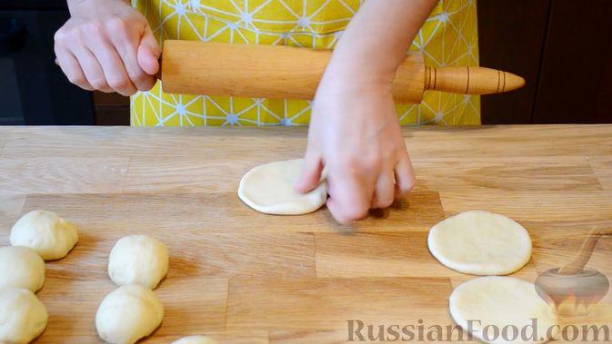 Фото приготовления рецепта: Открытые сдобные пирожки с творогом и ягодами - шаг №8
