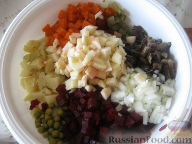 Фото приготовления рецепта: Салат из краснокочанной капусты с яблоком, имбирём и медово-горчичной заправкой - шаг №2