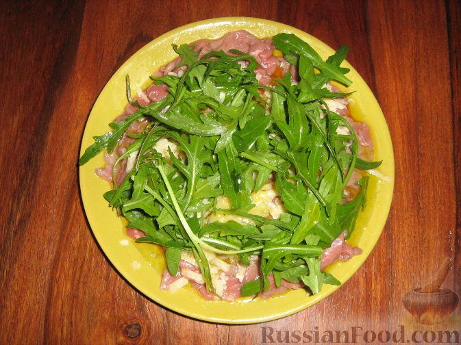 Фото приготовления рецепта: Омлетные рулетики с плавленым сыром и зеленью - шаг №8