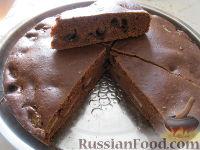 Фото к рецепту: Постный шоколадный пирог с вишнями и бананом