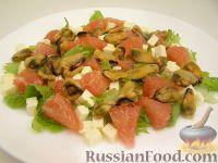 Фото к рецепту: Салат из мидий с грейпфрутом и брынзой
