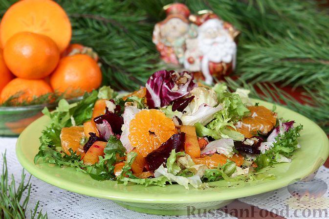 Фото к рецепту: Праздничный салат со свеклой, тыквой и хурмой