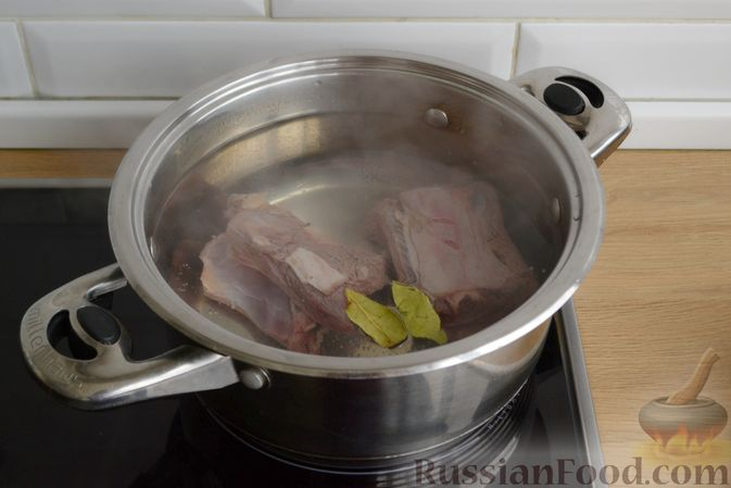 Фото приготовления рецепта: Свиные рёбрышки с розмарином, чесноком и мёдом, запечённые с картофелем (в духовке) - шаг №9