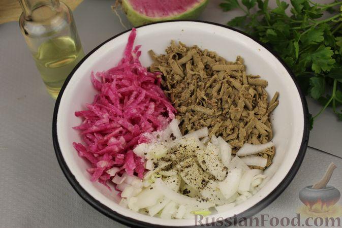 Фото приготовления рецепта: Салат из редьки с печенью - шаг №7