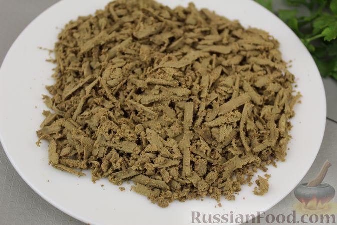 Фото приготовления рецепта: Салат из редьки с печенью - шаг №5
