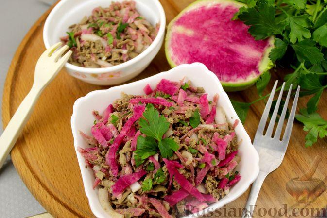 Фото приготовления рецепта: Салат из редьки с печенью - шаг №9