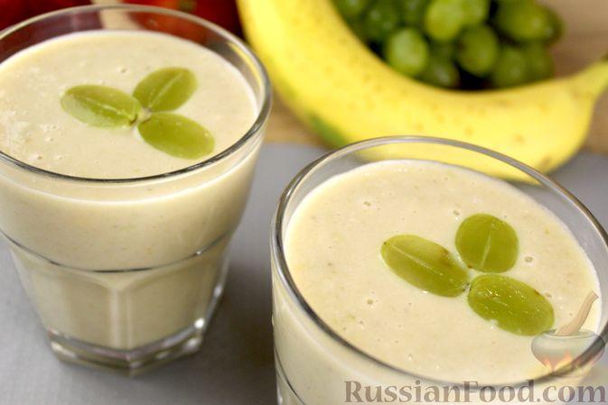 Фото к рецепту: Яблочный смузи  с бананом и виноградом